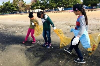 海の黒い砂は砂鉄だと小学校の社会の時間に習ったそう。海にはたくさんの誘惑があり、ごみ拾いがなかなか進みません