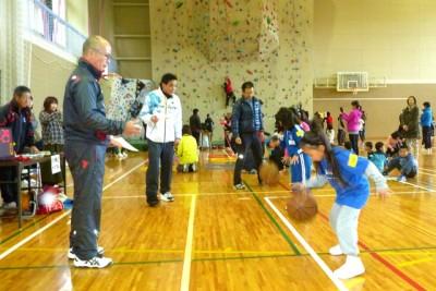 ストップウォッチを持ったスタッフの前で、真剣にバスケットボールをドリブルする子供たち