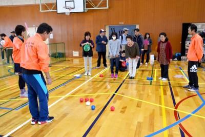赤、青のボールを使い、白い目標球にどれだけ近づけるかを競う「ボッチャ」