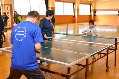 卓球台の上を音の出るピンポン玉を使って打ち合う競技「SSピンポン」