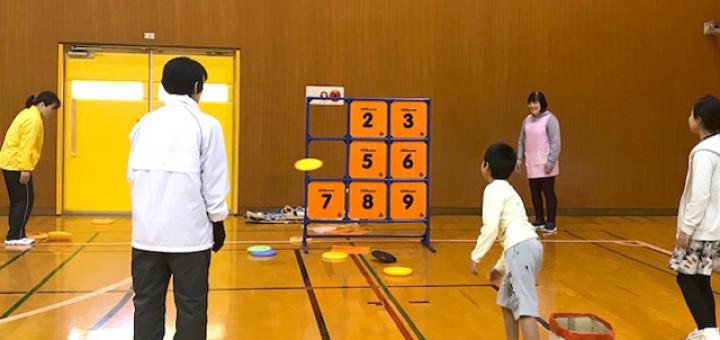 正方形のタイルに1から9の数字が書いてあって、3×3にならべた的を、全部ボールで当てて落とせるかのゲーム
