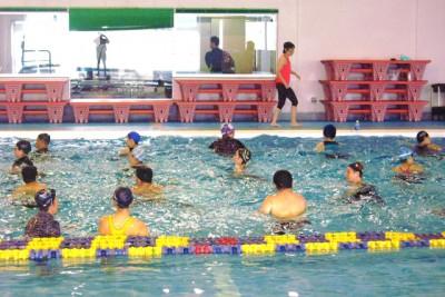 水中運動では、軽やかな動きでリラックス