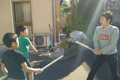 新聞紙を丸めた棒で甥たちとチャンバラ遊び
