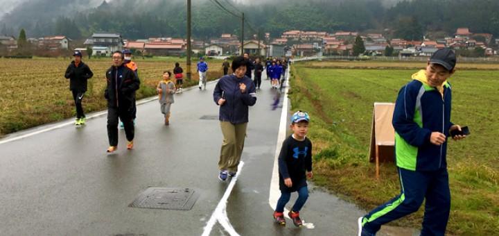 1.6キロ地点の親子で走っているランナー、そのほかの皆さん。田んぼの中を走ります