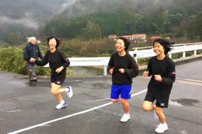 笑顔で3キロコースの残り1キロ地点を走りすぎる、女子学生3人。笑顔がはじけます