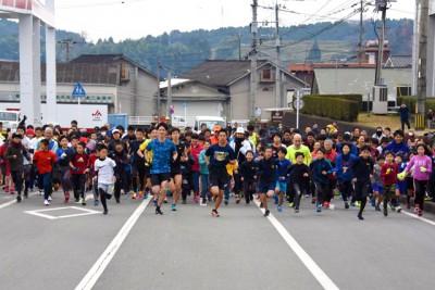 スタート直後。一斉に走り出す参加者を正面から撮影。