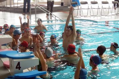 「こうやって両手を最大限に伸ばすんだよ」と泳ぎの基本姿勢を指導
