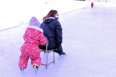 親子でふれあいながら楽しくスケート