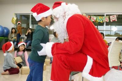 サンタに「いい子だったかい?」と聞かれて、ドキドキの男の子