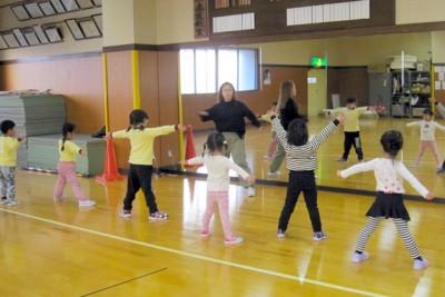 先生の振りを見ながら元気にダンス!