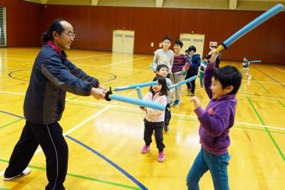 スポーツチャンバラ体験。竹刀を遠慮せずに力いっぱい振る子や恐る恐る振る子も、でもみんな楽しそう