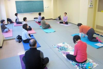 教室開始前。山本先生の海外でのヨガ体験談話が面白い