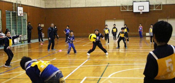 ドッジボール競技中、日々の練習成果を発揮するよう頑張る