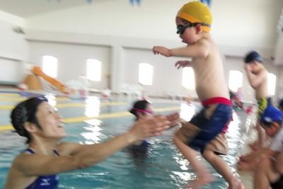 プールにジャンプ