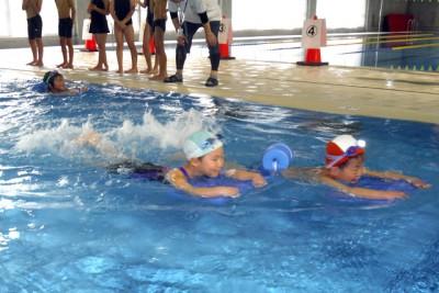 幼稚園生だってこの通り。軽快な泳ぎです