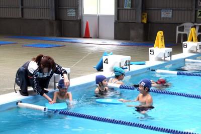 講師は、一人ひとりの泳ぎを細かくチェックし、アドバイス