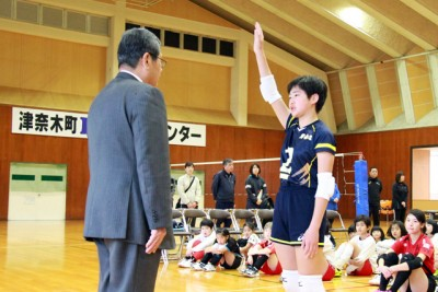 元気よく選手宣誓する津奈木ジュニア女子チームの末松主将