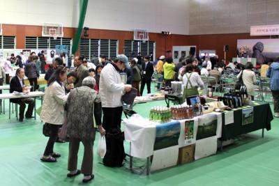 食べ物やアクセサリーなどを販売する会場内出店ブースも賑わった