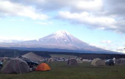 富士山のふもとのキャンプ場の画像