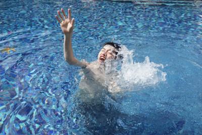 溺れる人のイメージ