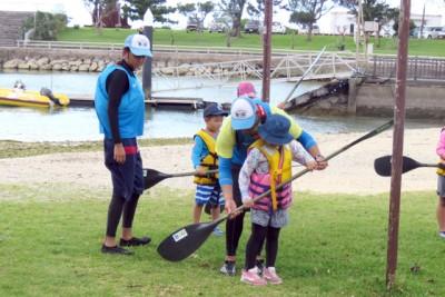 本部町の子どもたちにカヌーの指導した指導実習