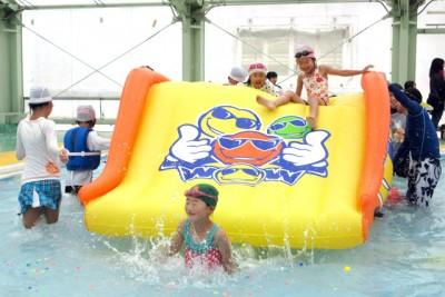 「もう、やめられません!!」ワクワク!! 水上スライダー。水しぶきを上げて爽快にジャンプ