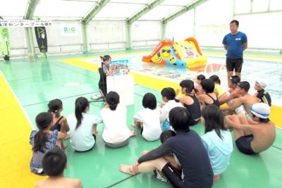 水辺の安全教室の紙芝居。友達が水に落ちた! あなたならどうする?「どうしよう…」みんな迷ってます