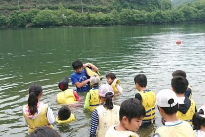 ライフジャケット浮遊体験で着用時の浮き方、泳ぎ方を説明