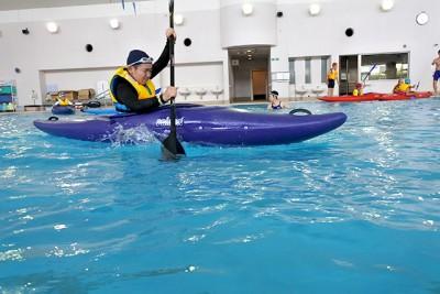 カヌー乗艇の自由時間。パドルを上手に使いこなす参加者