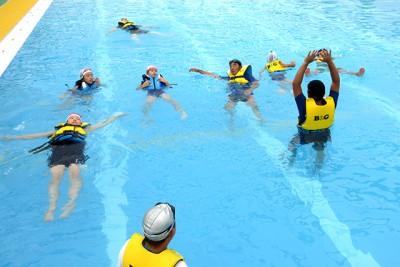 「水辺の安全教室」。楽しく安全に水辺で遊ぶため、ライフジャケットを着て背浮きやペットボトル救助法を学びました。