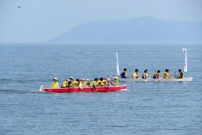 琵琶湖で各チームがドラゴンカヌーを操り競い合いました。