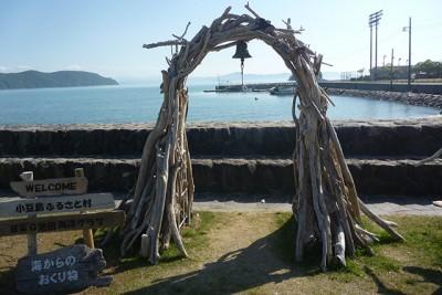 香川県小豆島町のB&G池田海洋クラブでは海岸に打ち上げられた流木を 用いてオブジェを作成