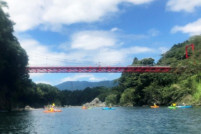 2日目:笠岩橋の下で自由時間、景色や魚などを観察しました