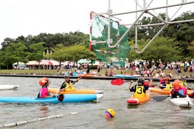 日本選手権を兼ねたジュニア大会の様子。華麗なパドルさばきで奮闘します