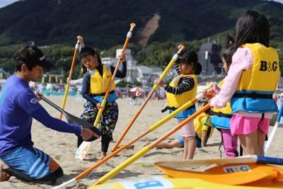 漕ぎ方を教わる子供たち