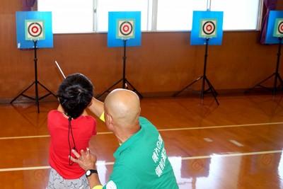 スポーツ吹き矢体験。各体験コーナーに指導者を配置、安心して楽しめます