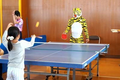 タイガーマスクと一緒に卓球。体育協会卓球部の部員が毎年タイガーになって参加してくれます
