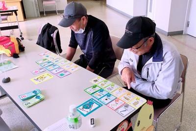 大人も夢中になるカードゲーム。お父さんも、いろいろ工夫してアイテム選びに真剣です。