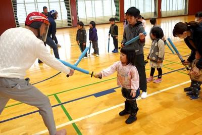 剣友会指導の下で子どもたちはスポーツチャンバラを体験