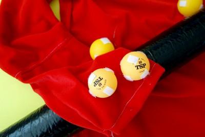 卓球のボールにマジックテープを貼った「福豆」