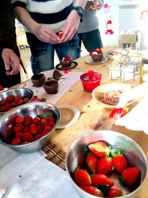 バレンタインを見据えて亘理の名産いちごを使用したチョコレートを手作り