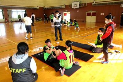 開校式後、参加者は身体測定と体力測定を実施