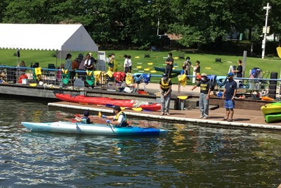 カヌー乗り場です。初心者が多いため乗り降りはスタッフが手伝います