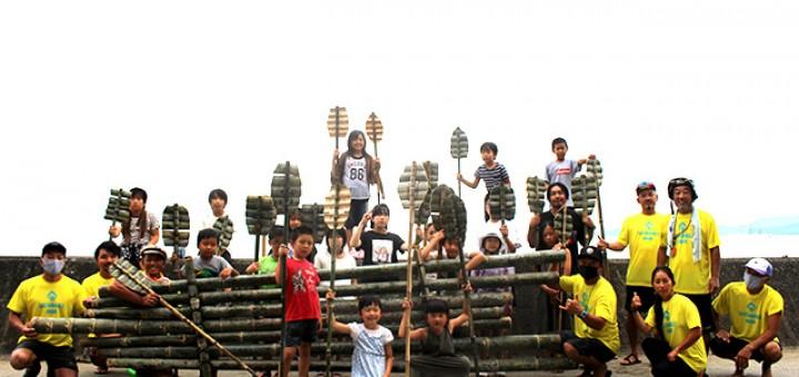 海で地元の名産である「竹」を使ったSUPづくり体験