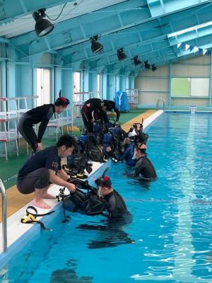 センターのプールで家島高等学校がダイビング実習を実施