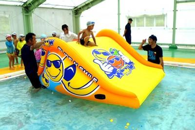 水上スライダーは子どもたちに大人気です