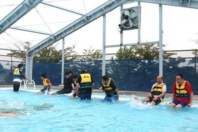水への恐怖心を払拭するため、まずは幼児用プールで水に慣れるところからスタート