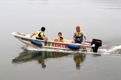 プログラム最後は、艇庫からの救助艇乗艇体験。双子池を走るスピードに大興奮!
