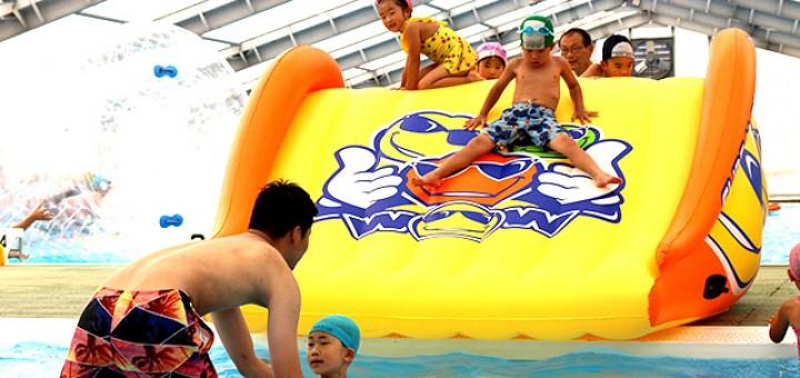 幼児用プールで滑り台を楽しんでいます