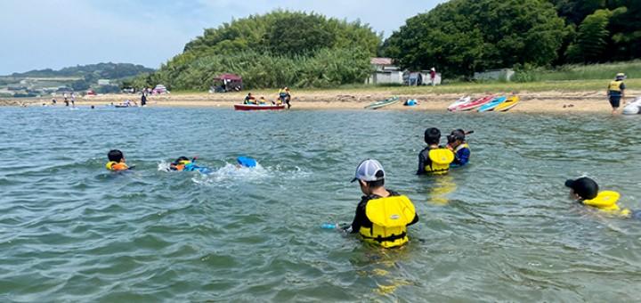 浅瀬ではライフジャケット体験も。海面に浮かんでみたり泳いでみたり。